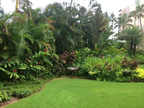 Kaua'i Marriott Resort: Garden area from lobby to pool and Kahili tower