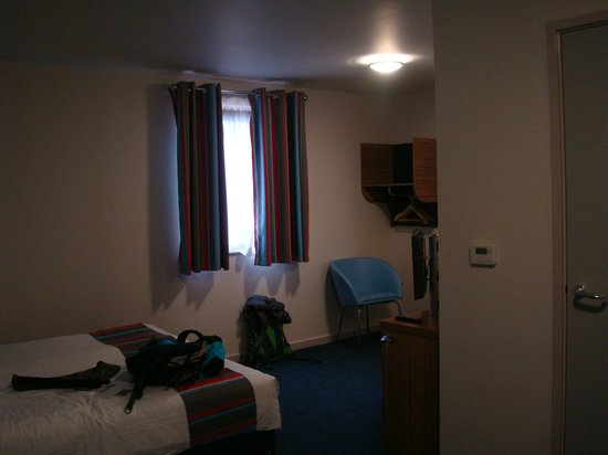 Travelodge London Hounslow Hotel: Spacious but slightly bare bedroom