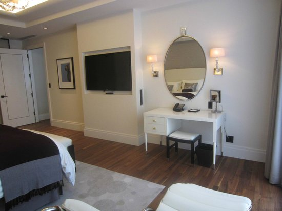 The Langham, Chicago: Classic River View Suite - bedroom