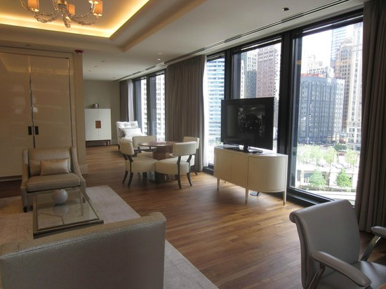 The Langham, Chicago: Classic River View Suite - Parlor and view