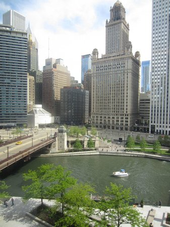 The Langham, Chicago: Classic River View Suite - view of Vietnam War Memorial