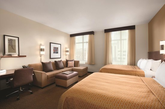 Hyatt Place Des Moines Downtown: Double Queen Guest Room (Room layout varies)