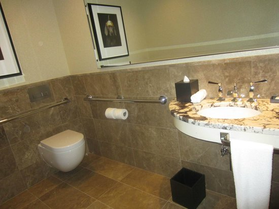 The Langham, Chicago : Classic River View Suite - powder room