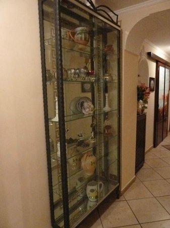 Art Suite Principe Umberto B&B: una vetrinetta con oggetti d'arte