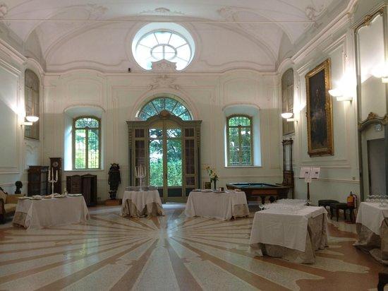 Parco Regionale La Mandria : Salone da Ballo allestito per un aperitivo