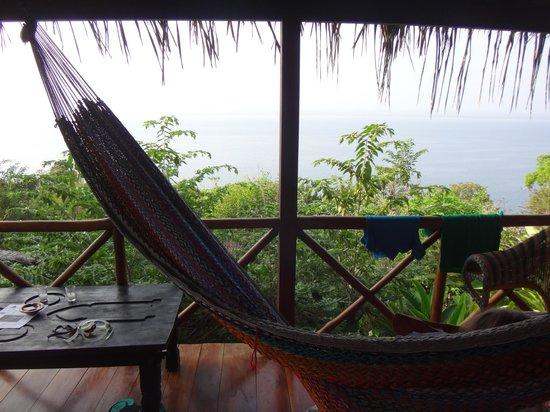 La Lancha Lodge: Le hamac sur la terrasse de la chambre face au lac