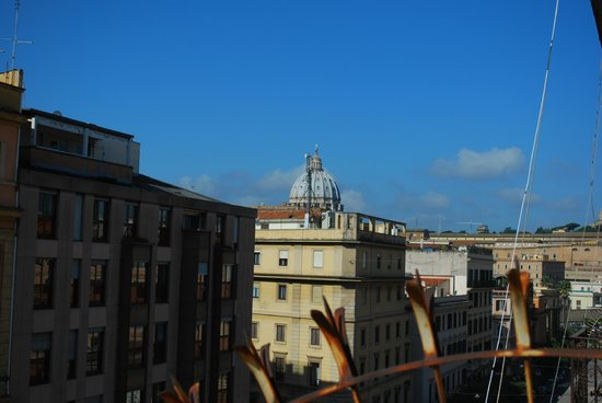 Cola Vatican Rooms: Vista di San Pietro dalla finestra della camera