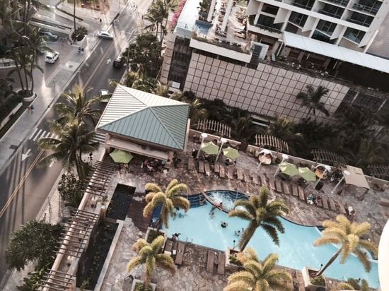 Embassy Suites by Hilton Waikiki Beach Walk: Pool view from 15th floor Hula Tower