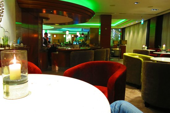 Hotel Palace Berlin: Pianist and double bassist playing in hotel bar/lobby