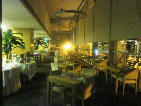VIP Executive Azores Hotel: Breakfast room