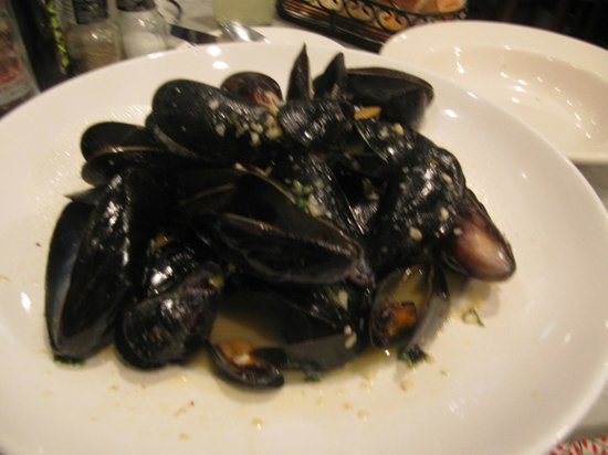 Sotto Mare Oysteria & Seafood: Mussel steamers in broth