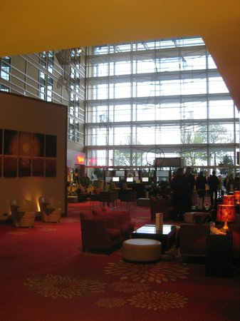 London Heathrow Marriott Hotel: Lobby and seating area - comfortable and relaxing
