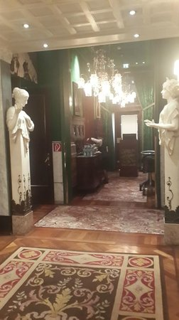 Hotel Sacher Wien: Hall to the Breakfast Room