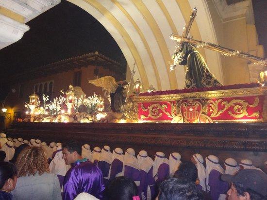 Hotel Convento Santa Catalina: La procession devant l'hotel