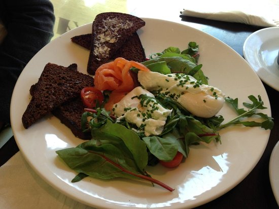 Reval Cafe Restaurant: Poached eggs with salmon