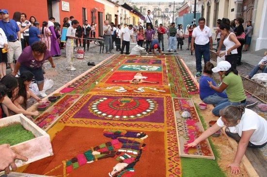 Hotel Convento Santa Catalina: Les préparatifs de la procession dans une rue d'Antigua