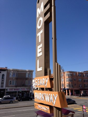 Geary Parkway Motel: Towards the road