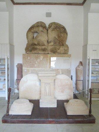 Isola di Mozia (Mothia)/ San Pantaleo : Il bassorilievo dei tori che combattono con i leoni - Museo Whitaker Mozia