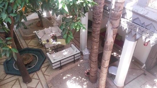 Les Jardins d'Henia: patio vu de la terrasse