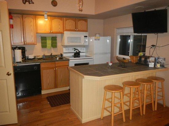 Sea Haven Motel: Unit 6's Kitchen/Eating area