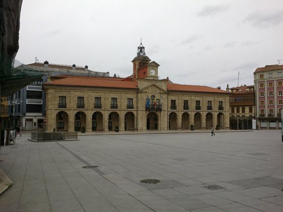 NH Collection Palacio de Avilés: The square in front of the hotel