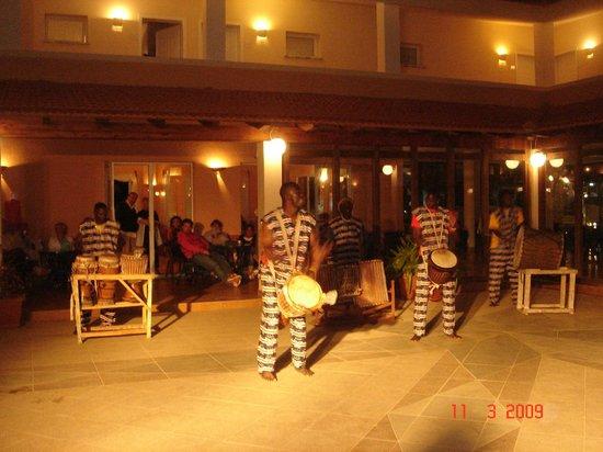 Crioula Club Hotel & Resort: Bar Grog Abendprogramm, Afrikanische Trommler an der Bar