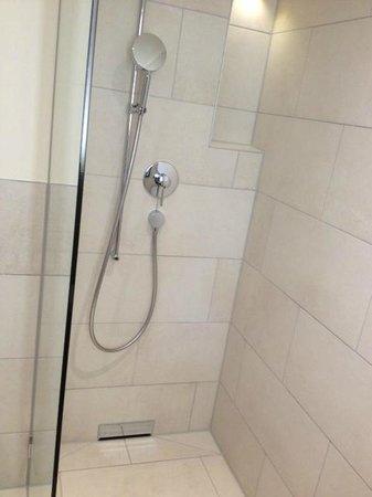 Congress Hotel Seepark : La douche très moderne dans la salle de bain.