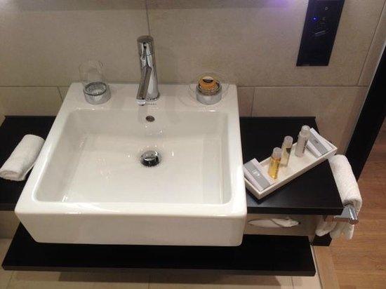 Congress Hotel Seepark : L'évier de la salle de bain avec les produits pour la douche / la toilette.