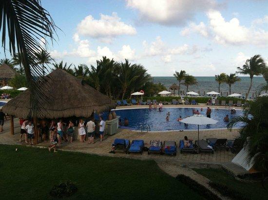 Ocean Maya Royale: Active pool & bar