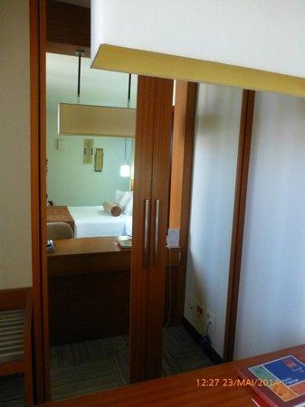 Comfort Suites Brasília : Armário de roupas/cofre.