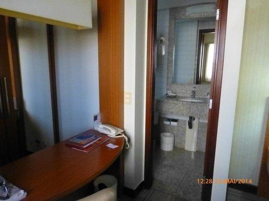 Comfort Suites Brasília: Aparador e parte do banheiro