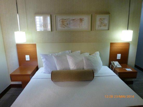 Comfort Suites Brasília: Cama de casal - Excelentes colchão e travesseiros.