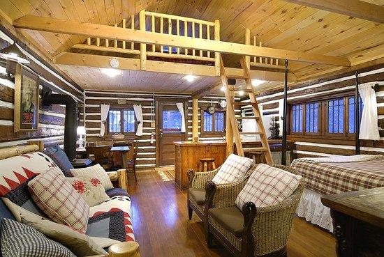 Pioneer Guest Cabins: Sunshine Cabin interiot