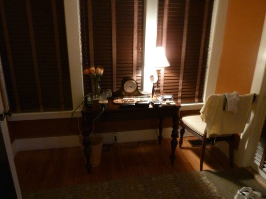 The Hibiscus House Bed & Breakfast: desk in the palm room
