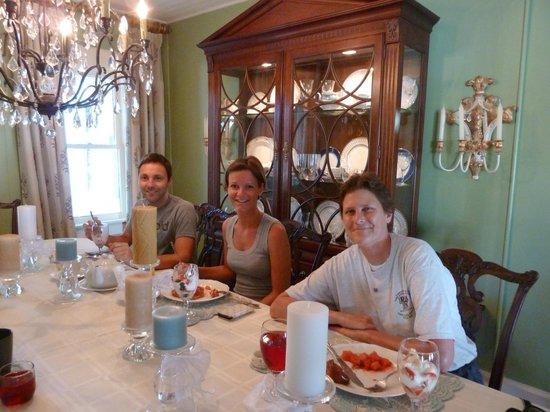 The Hibiscus House Bed & Breakfast: making new friends at breakfast