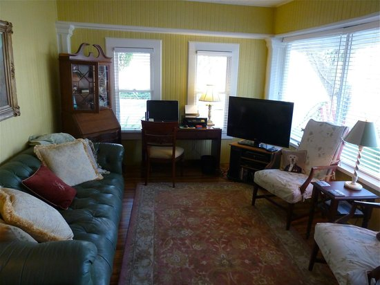 The Hibiscus House Bed & Breakfast: sitting room