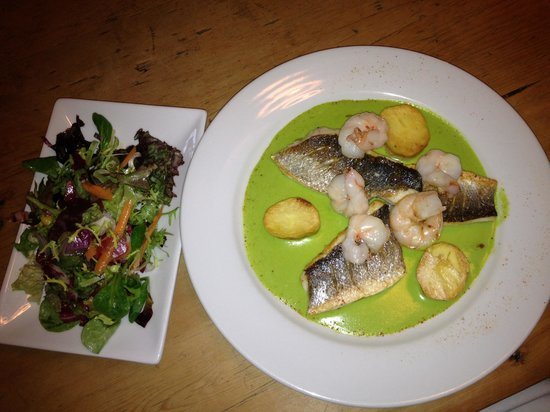 The Chetnole Inn: Lovely seabass and prawn main dish