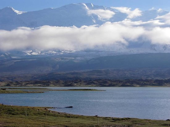 Akto County, China: Südabdachung des Kongur hinter dem Karakul