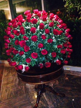 Hilton Colon Quito : Una composizione di fiori nella hall dell'Hilton Colon di Quito