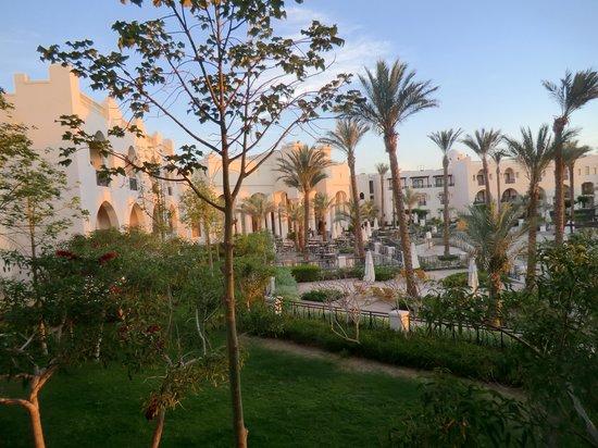 The Palace Port Ghalib: Blick von unserem Balkon auf Terasse des Main Restaurant