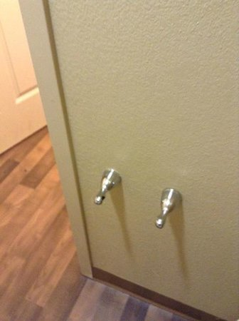 Extended Stay America - San Jose - Edenvale - South: Missing toilet paper roller in bathroom