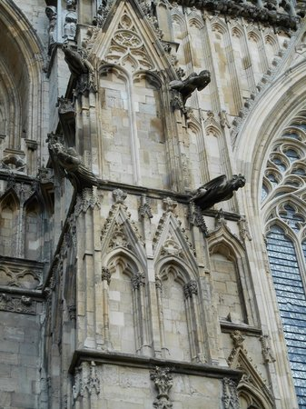 Cathédrale d'York : Closed up View of the Figures on the outside walls