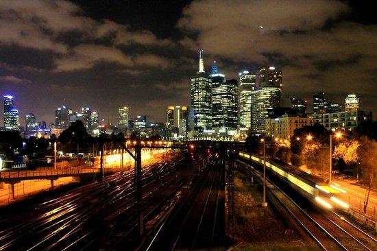 Mantra on Jolimont : hotel à noite, a direita da linha do trem