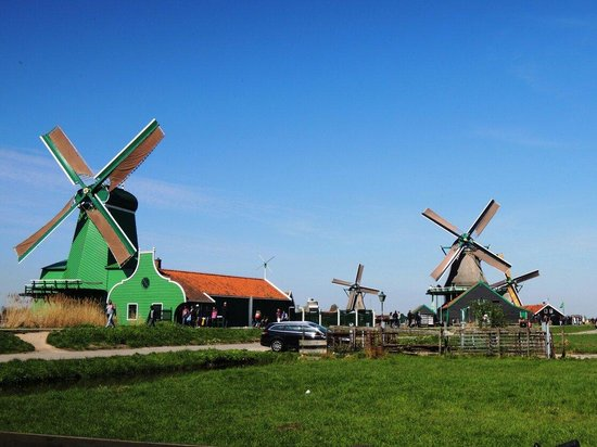 Zaanse Schans : Wind mills along the road