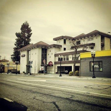 Aloft Sunnyvale : Hotel and bodyshop near the building