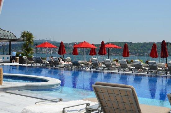 Four Seasons Istanbul at the Bosphorus: vistas de la piscina