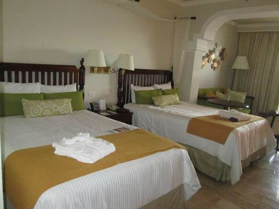 Now Sapphire Riviera Cancun : Our beds. Very comfortable!