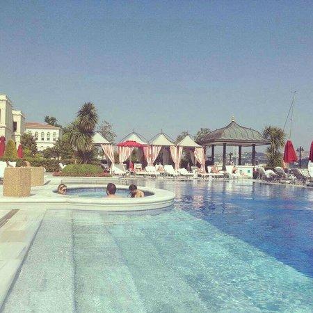 Four Seasons Istanbul at the Bosphorus: piscina y jacuzzi