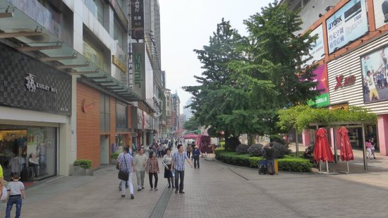 Huangxing Road Walking Street: strolling between the shops