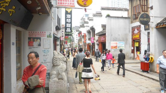 Huangxing Road Walking Street: local atmosphere